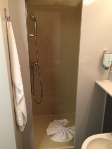 Plastikdusche mit Duschvorhang